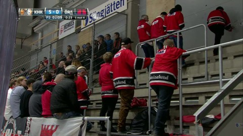 Här vänder supportrarna ryggen till Örebro-spelarna