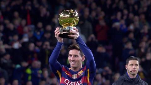 Höjdpunkt: Messi hyllas på Camp Nou - tar emot femte Guldbollen
