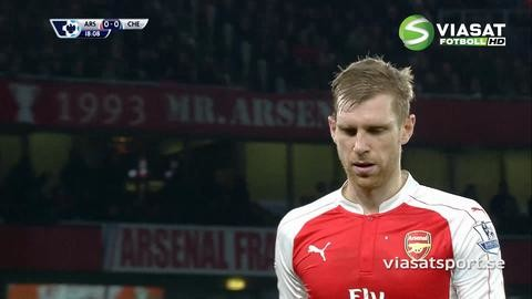 Video: Mertesacker kapar Costa - får rött direkt