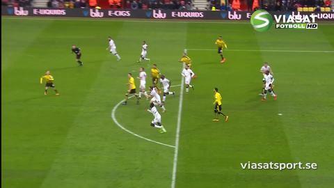 Mål: Wootton lägger in bollen i eget mål på volley