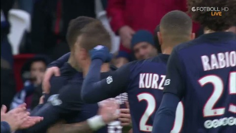 Van der Wiel slår in ledningsmålet efter assist av Zlatan