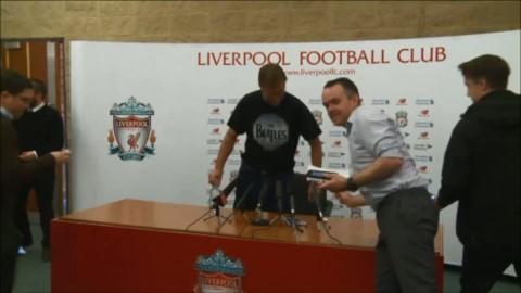Här håller Klopp presskonferens - i Beatles-tröja