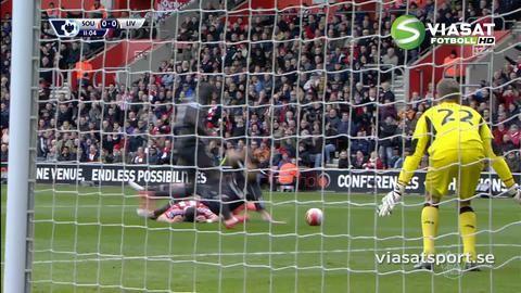 Höjdpunkt: Sunderland vill ha straff när Lovren fäller Long