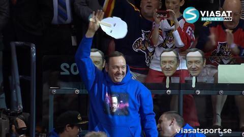 TV: Arenan exploderar i jubel när han tar av sig masken