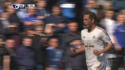 Mål: Sigurdssons volley ger Swansea ledningen (1-0)