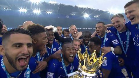 Höjdpunkt: Här lyfter mästarna Premier League-bucklan