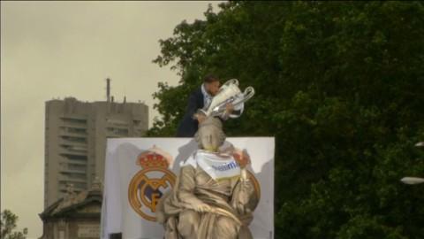 Se Real Madrid fira CL-vinsten på busstaket