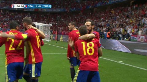 Alvaro Morata nickar in 1-0 för Spanien