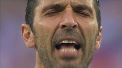 Se Buffon ta i från tårna under nationalsången