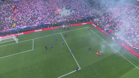 Skandalscener - Kroatiska fans bryter matchen tillfälligt