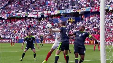 Straff eller inte - Davies får bollen på handen i duell med Kane