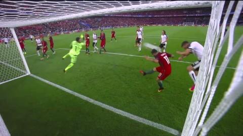 Vieirinha räddar boll på mållinjen