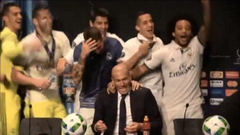 Här blöter Real Madrid-spelarna ner Zidane efter finalvinsten