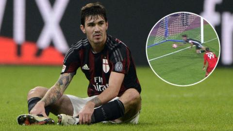 På väg att göra självmål - då slängde sig Milan-spelaren och rensade bort bollen med händerna