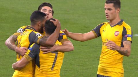Mål: Walcott skallar in öppningsmålet för Arsenal (1-0)