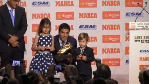 Här tar Suarez emot Guldskon - firar med sina barn