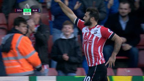 Mål: Austin trycker in Southamptons första mål för kvällen (1-0)