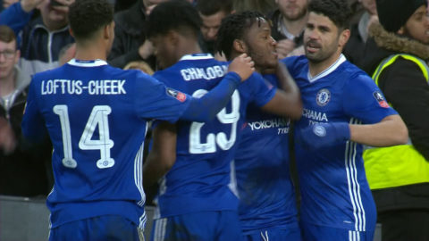 Batshuayi fullbordar krossen för Chelsea