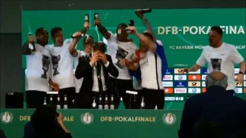"""Efter titeln - här får Kovac en """"öldusch"""""""