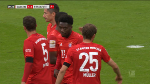 Davies gör Bayern fjärde i matchen efter grov bjudning