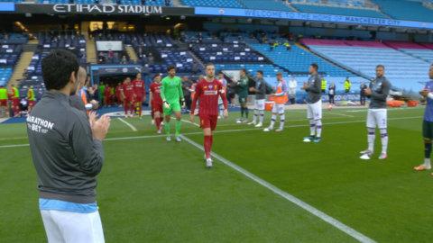 Här hedras Liverpool-spelarna av Man City inför matchen